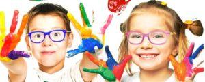 Bambini che mostrano le mani colorate